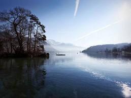 Lac et montagne bord du lac d'Annecy